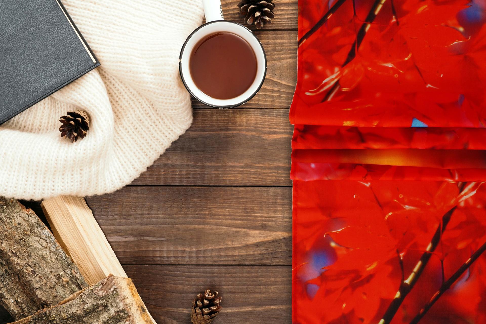 Běhoun na stůl, červené listí
