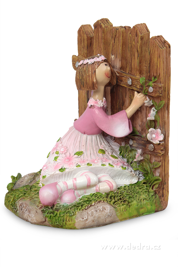 Květinová panenka z boku držící se plotu