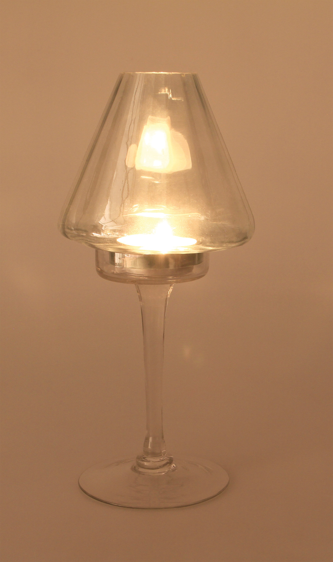 Elegantný svietnik v tvare lampičky