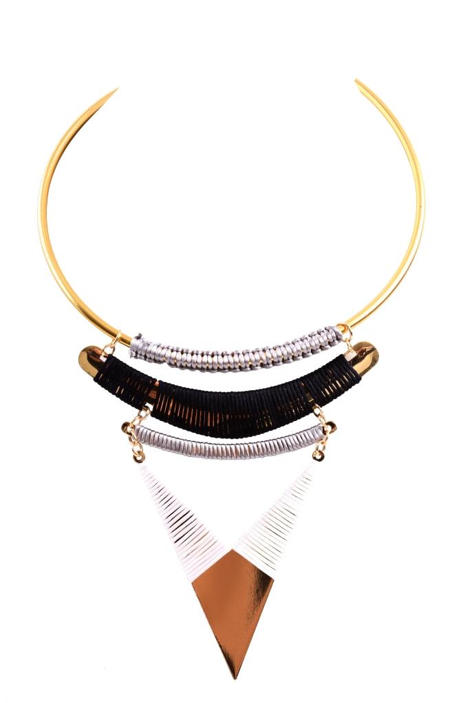 Moderní náhrdelník s kovovou aplikací