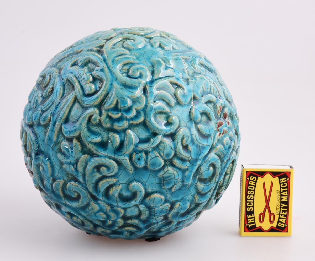 Harmonizační koule, s reliéfním motivem