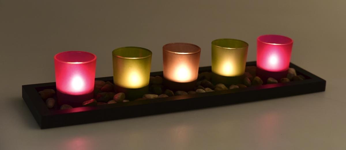 5 ks skleněný svícen na dřeveném podstavci