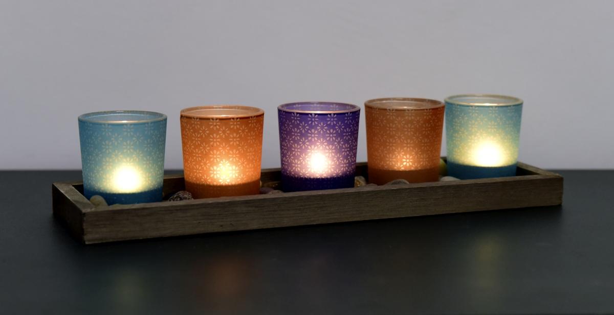 5 ks skleněných svícnů s kameny na podstavci