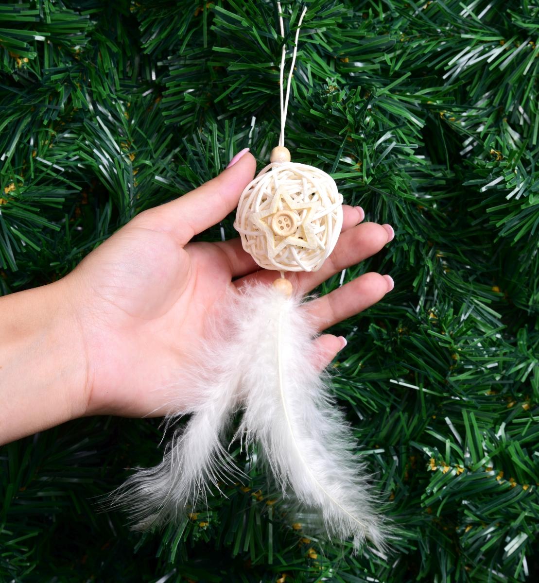 20 cm vánoční ozdoba, ratanová koule s pírky a knoflíky