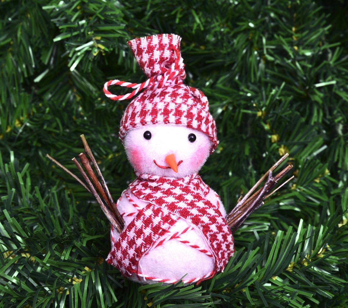 Sněhulák zdobený  červenou látkou