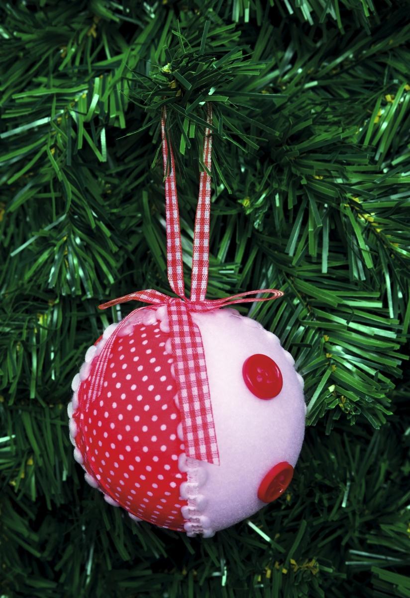1 ks bílá koule  s ozdobnou červenou látkou