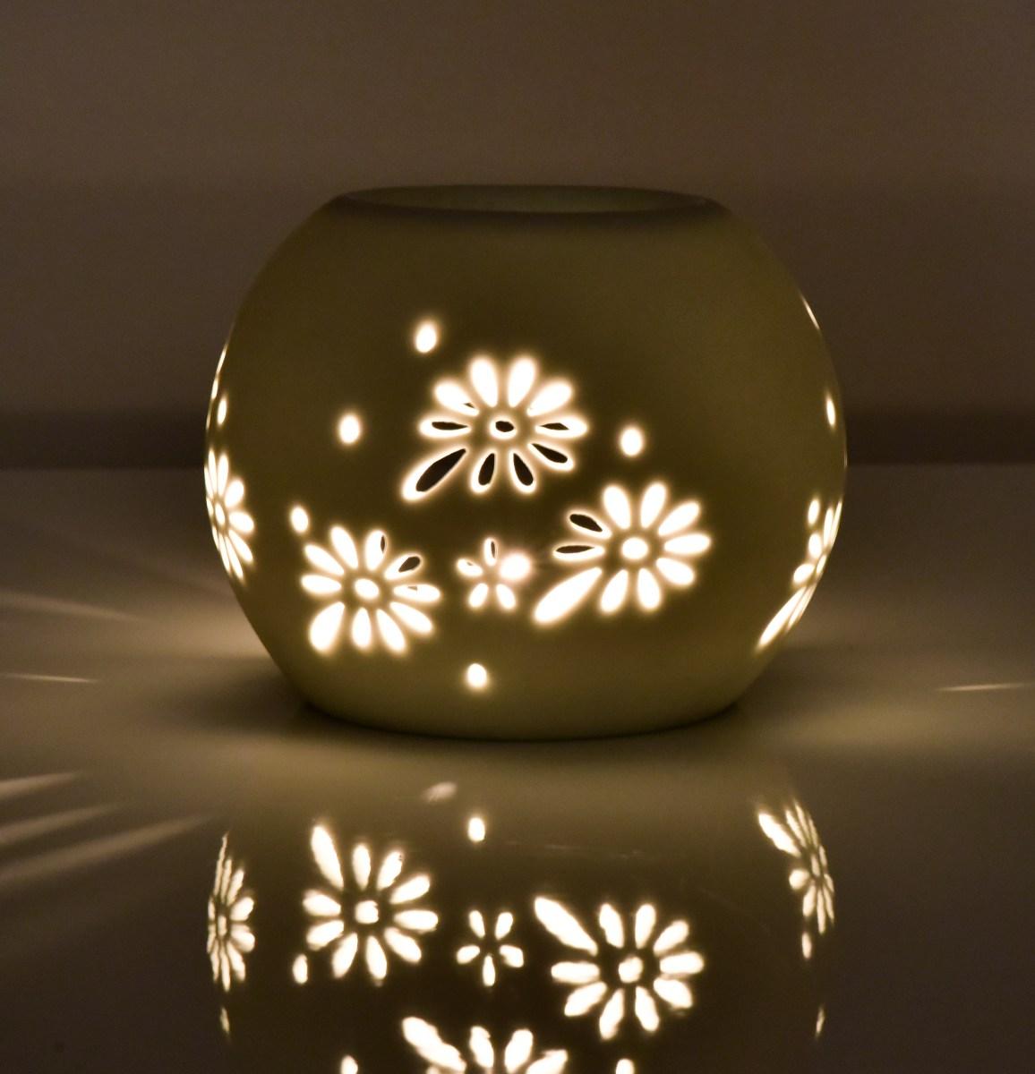 Keramická aromalampa, s krajkovým dekorem