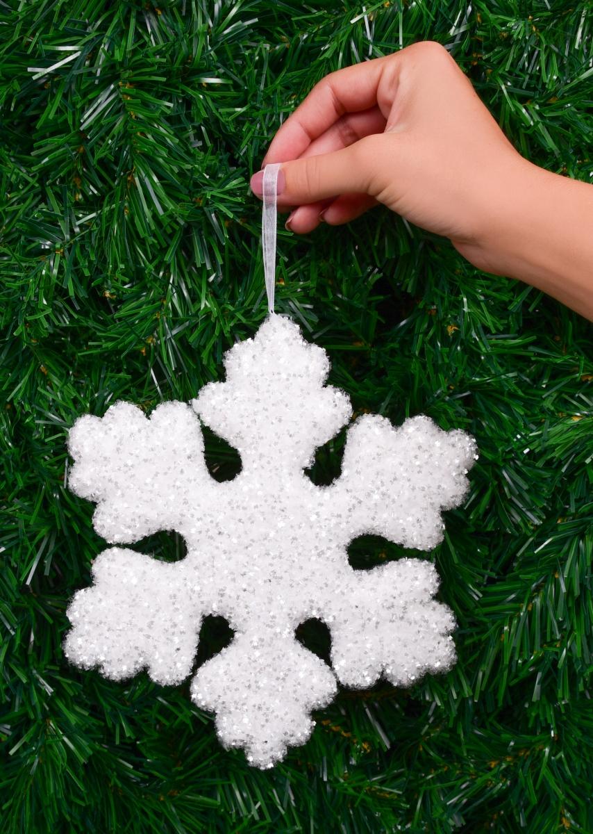21 cm velká sněhově bílá vločka, s třpytivými lametkami, na okno, nad stůl, do prostoru