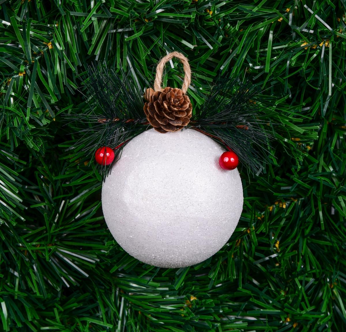 Bílá vánoční koule s přírodní přízdobou