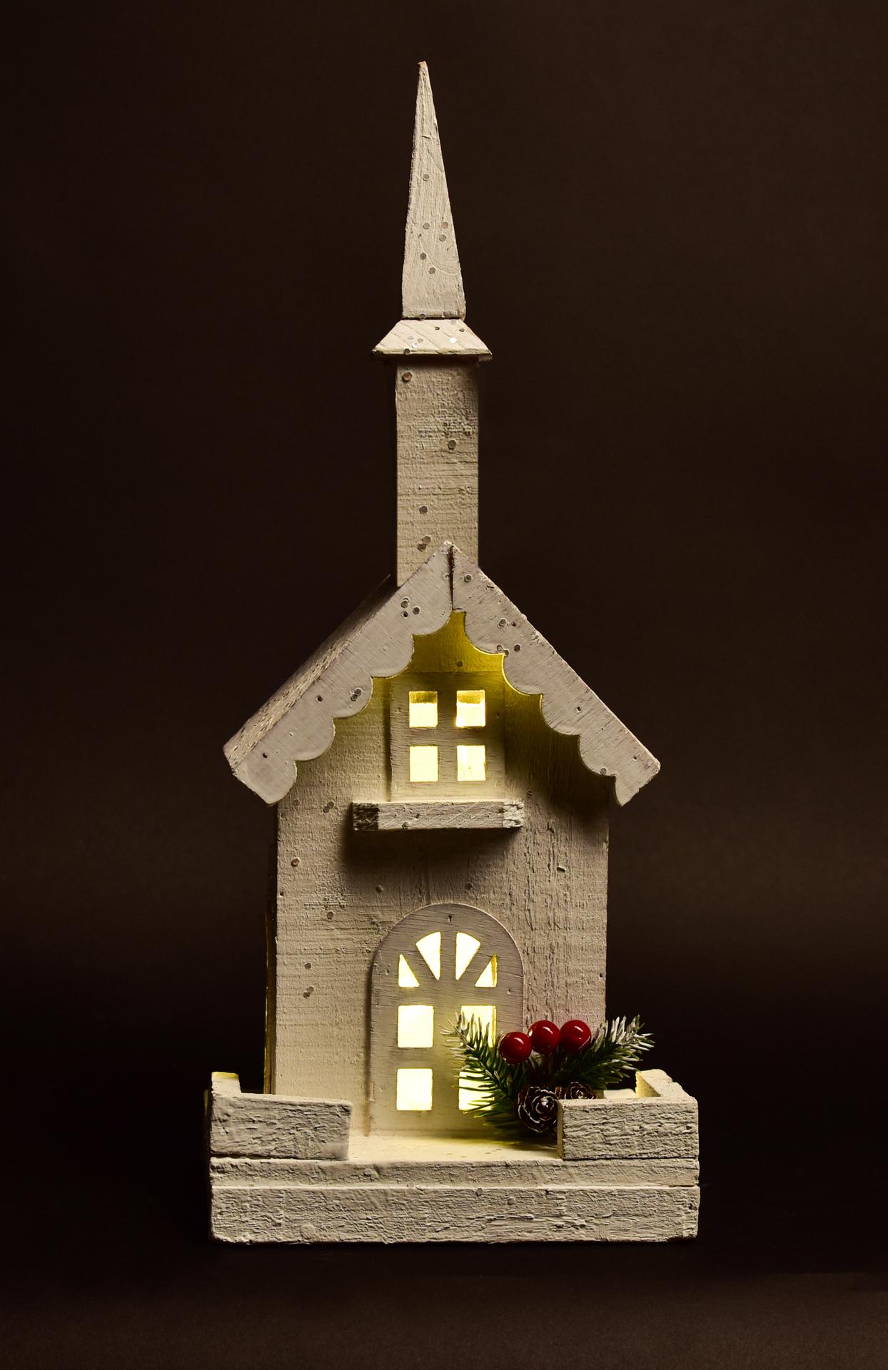 42 cm Dřevěný kostelík   s LED osvětlením