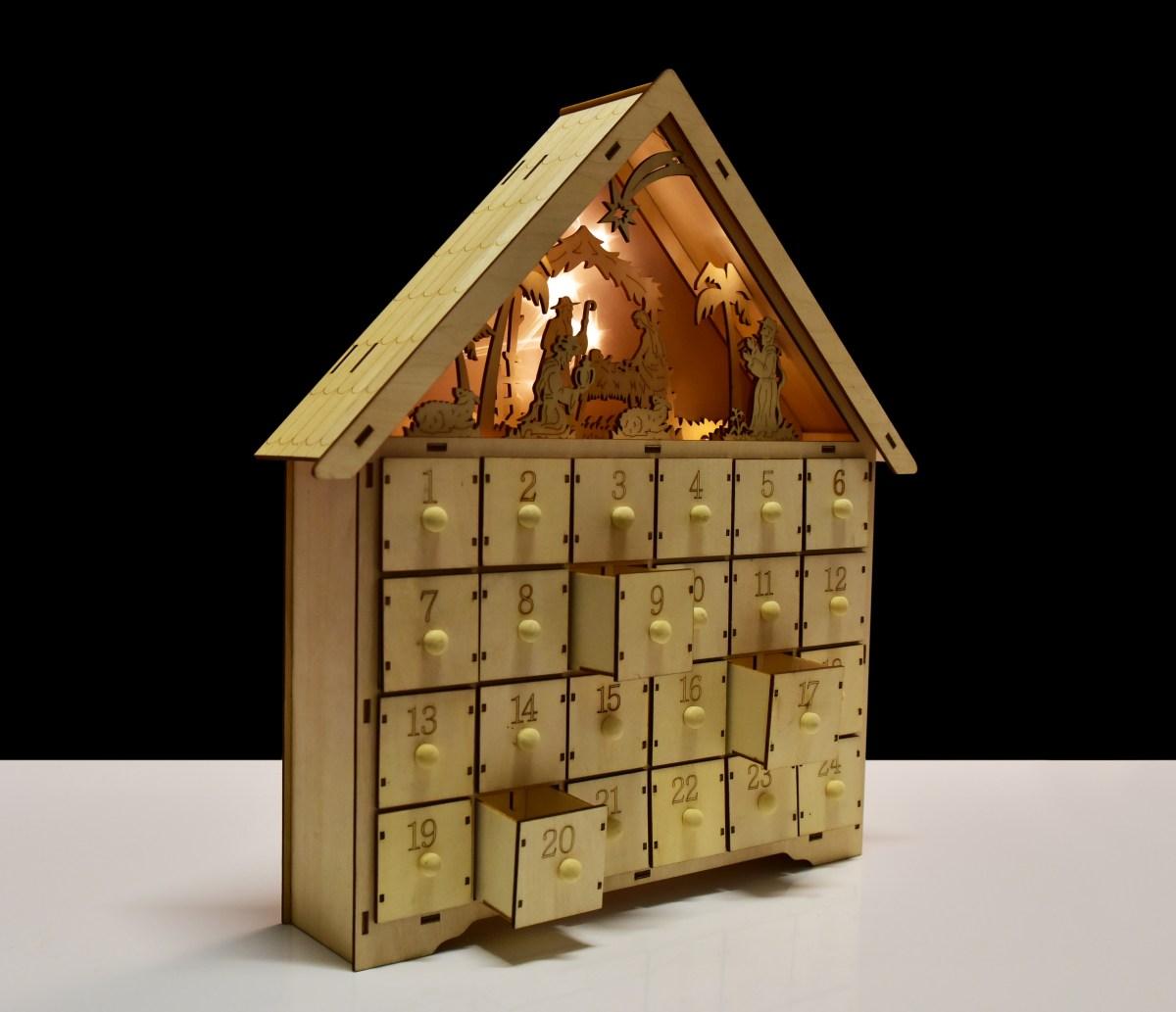 42 cm Adventní dřevěný kalendář s betlémem, LED osvětlení