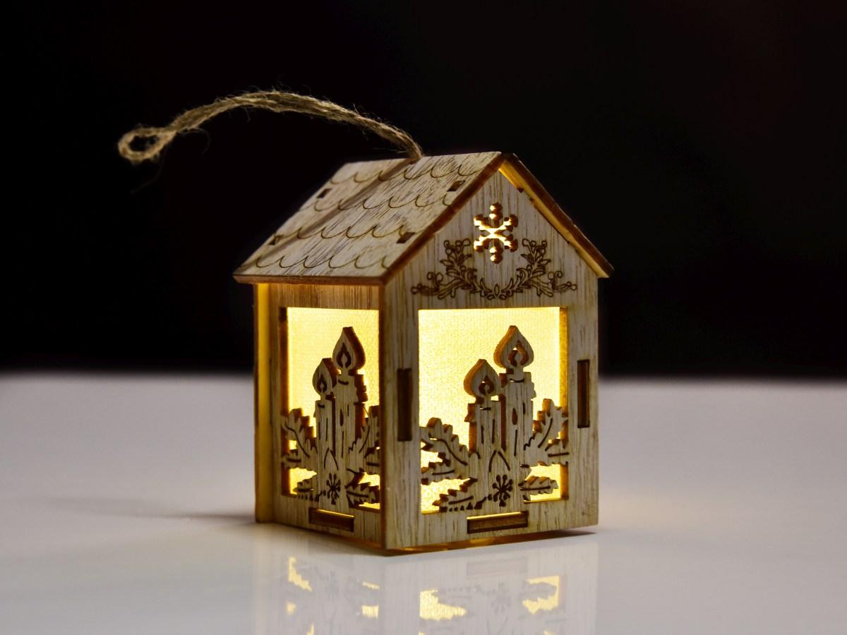Dřevěný domek s LED osvětlením s vánočními motivy