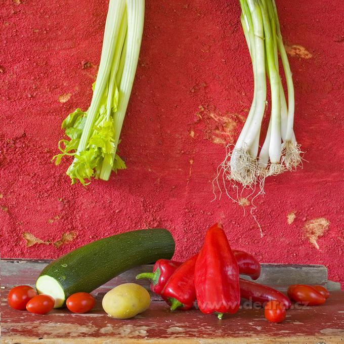 Obraz na plátně - červené pozadí s paprikami, 40 x 40 cm