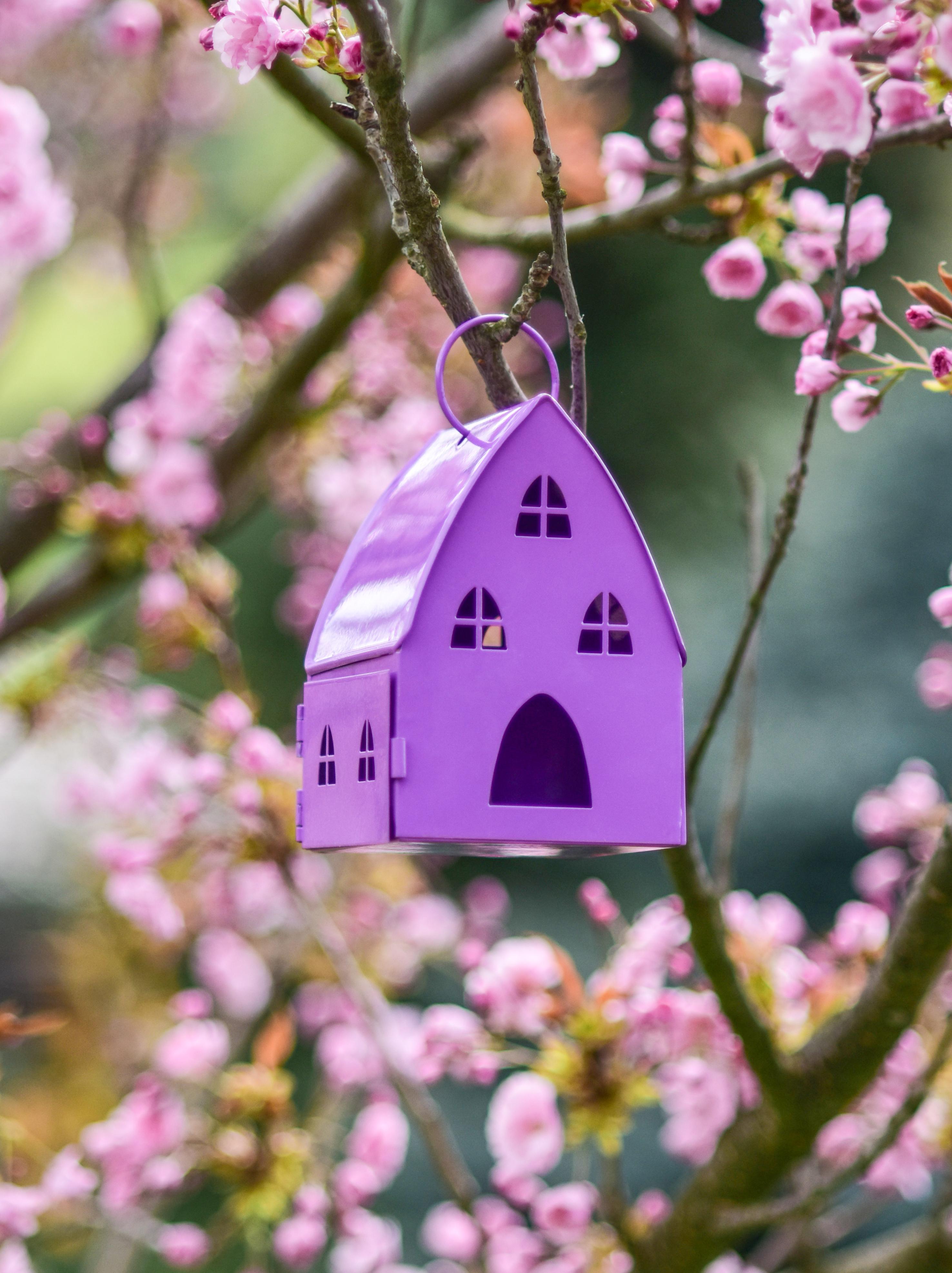 Kovová lucerna v designu chaloupky levandulová